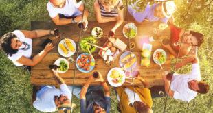 Mengundang keluarga ke rumah lalu siapkan acara